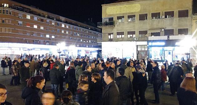 """Oko 100 ljudi na protestu """"Novinari ne kleče"""" na Trgu slobode"""