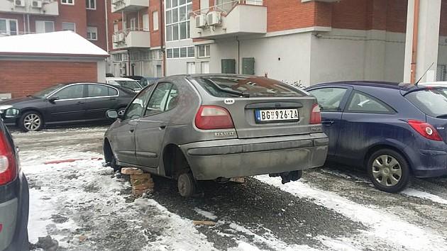 Sa parkinga ukrao sve četiri gume