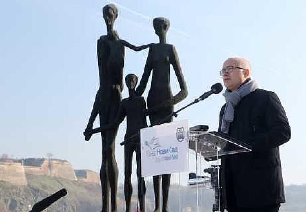 Održan pomen žrtvama racije kod spomenika ''Porodica''