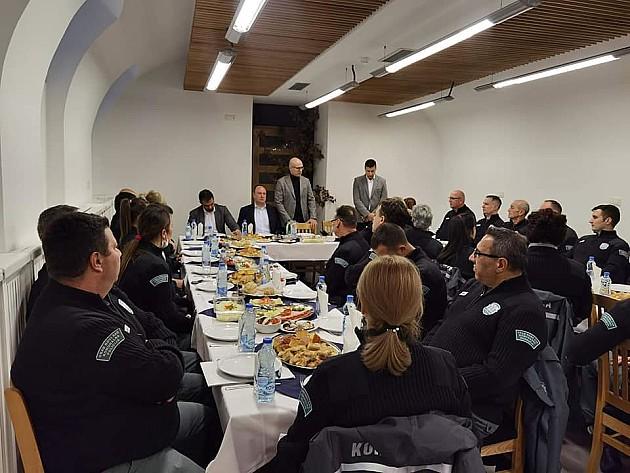 Tridesetak komunalnih milicajaca na doručku sa Vučevićem