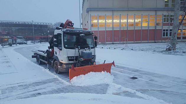 Sutra ledeni dan, parkinge čiste i kancelarijski službenici