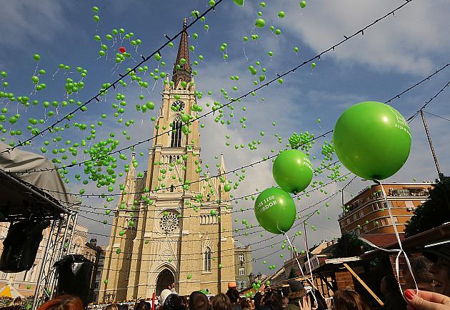 Zeleni baloni iznad Novog Sada u čast bolesne dece