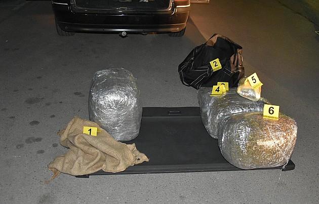 Uhapšena sa 20 kilograma droge i pet pištolja
