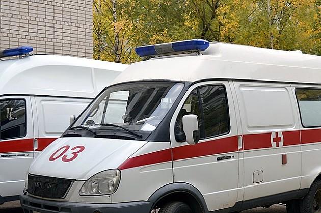 Goreo čovek na autobuskom stajalištu u Temerinskoj ulici