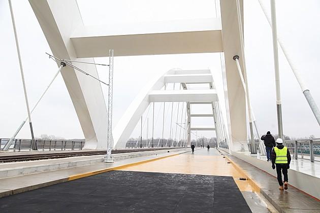Vozovi preko novog mosta za dve nedelje, a automobili od leta