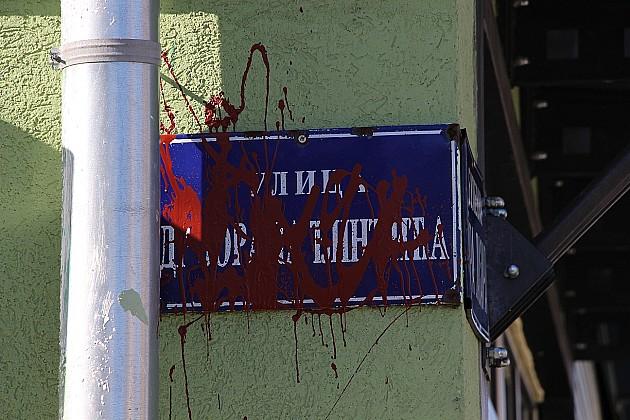 Crvenom farbom isprskane table sa imenom ulice Zorana Đinđića