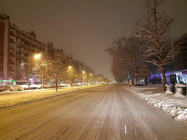 Sneg zavejao Novi Sad, saobraćaj otežan