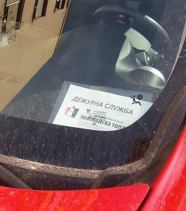 """Vozilo """"Novosadske toplane"""" parkirano na sred zelene površine"""
