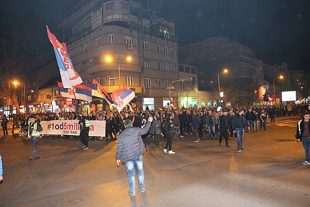 Sergej Trifunović se obraćao studentima u menzi, građani cepali uvredljive plakate