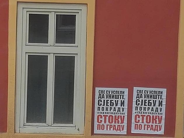 Plakati sa uvredama na račun učesnika protesta osvanuli po Novom Sadu