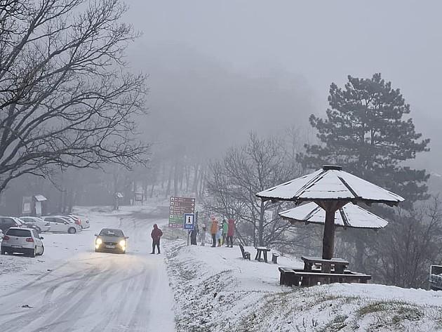 Na Fruškoj gori i Iriškom vencu sneg, vozačima se savetuje oprez