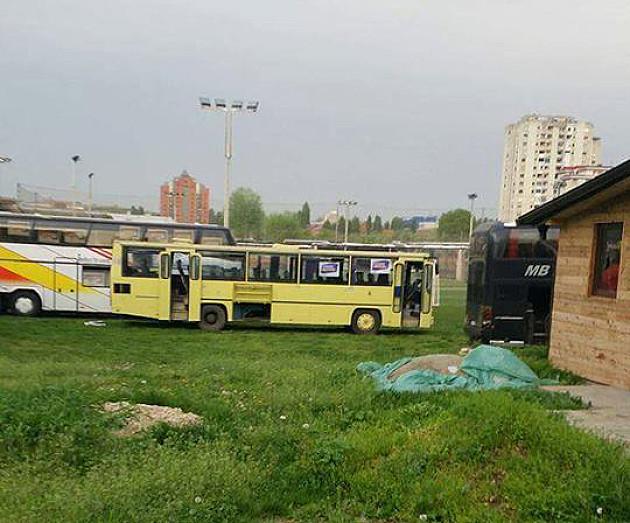 SNS autobusi na zelenim površinama, otimanje naprednjaka za kišobrane