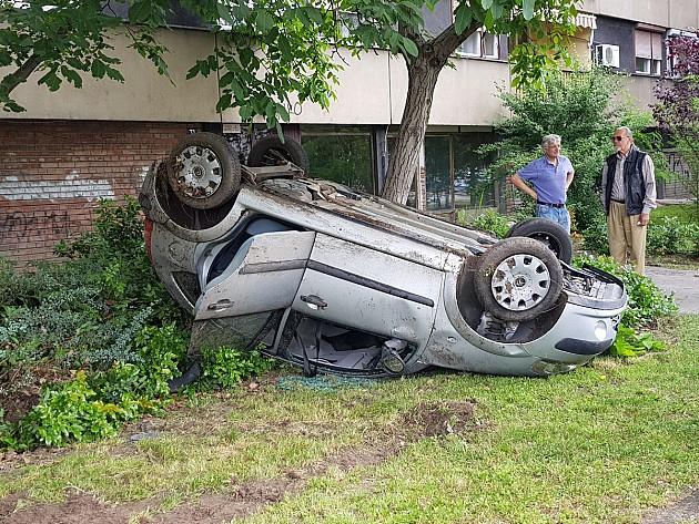 Prevrnuo se automobil sa maturantima na Limanu