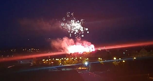 Građani šerpama protiv diktature, pristalice vlasti palili baklje i vatromet