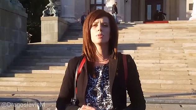 Profesorka iz Novog Sada spalila sve svoje diplome i licence ispred Skupštine