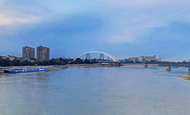 Mladići improvizovanim splavom pokušali da se spuste Dunavom