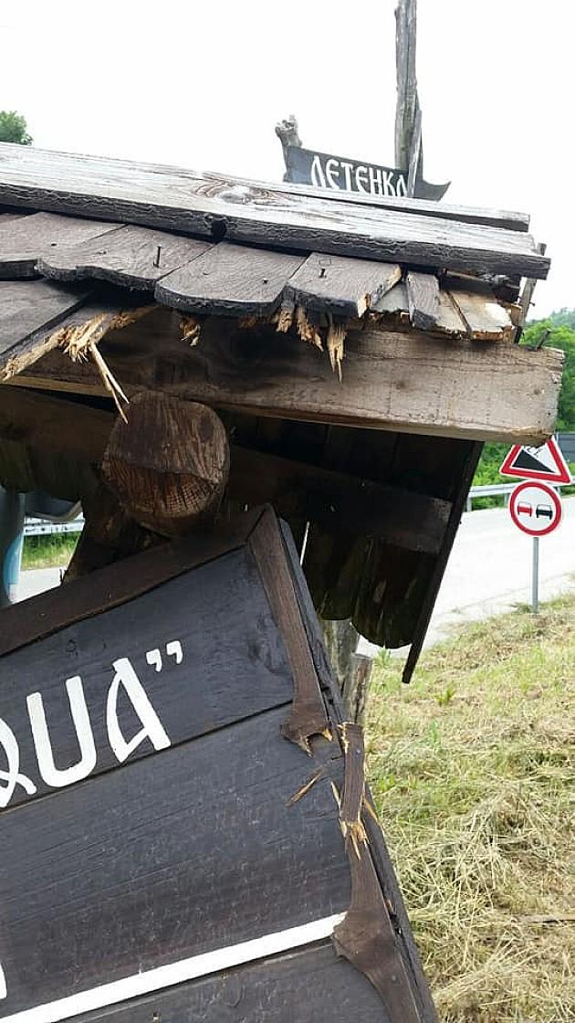 Tokom vikenda uništene putokazne table i ukraden mobilijar, gomile smeća na Fruškoj gori