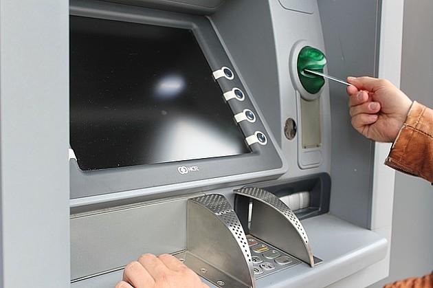 Uhapšen jer je Novosađaninu oteo platnu karticu dok je podizao novac sa bankomata