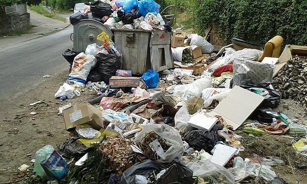 Nekultura ili nerad: Razbacano smeće u naselju Čardak