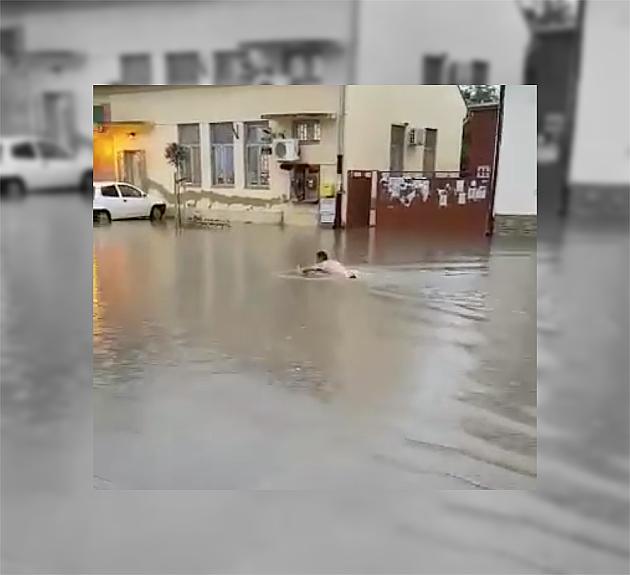 Malo veća kiša i Futožani plivaju dvorištima i ulicama