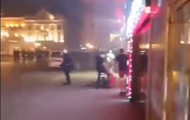 Policajac šutirao u glavu autističnog mladića na protestu