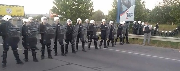 Protestna šetnja od nekoliko sati, cveće za policijski kordon