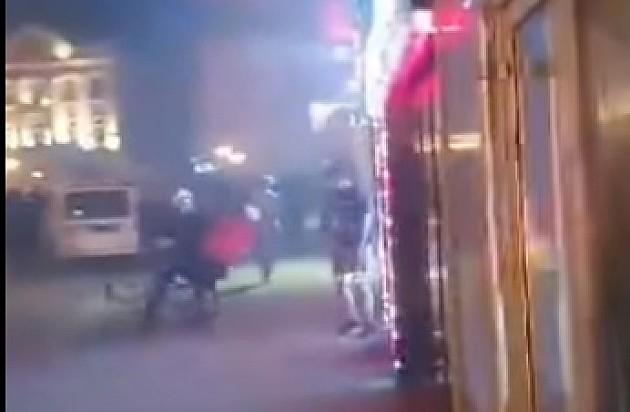 Policajac ruši mladića sa bicikla, a potom ga muškarac u civilu šutira