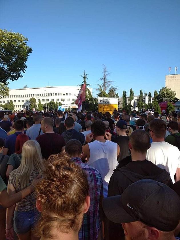 Demonstranti izneli zahteve, traže istinu o koroni, kod zgrade RTV povređen mladić