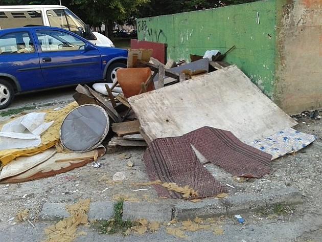 Foto: Okolina kontejnera zatrpana krupnim otpadom