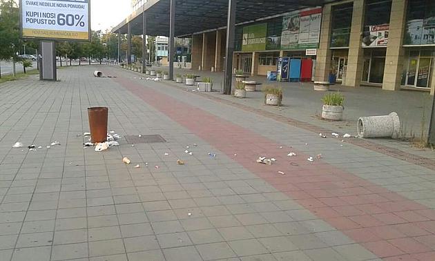 Huligani porušili korpe za smeće