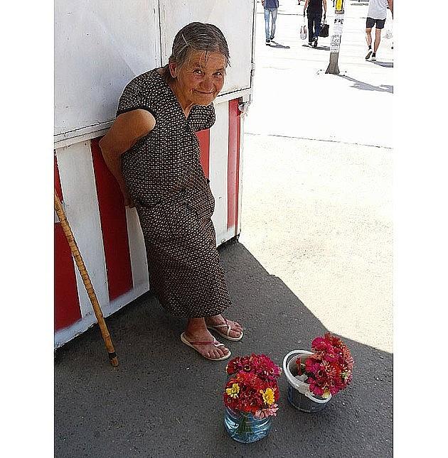 Otvoreni dinarski i devizni računi za pomoć baki što prodaje cveće