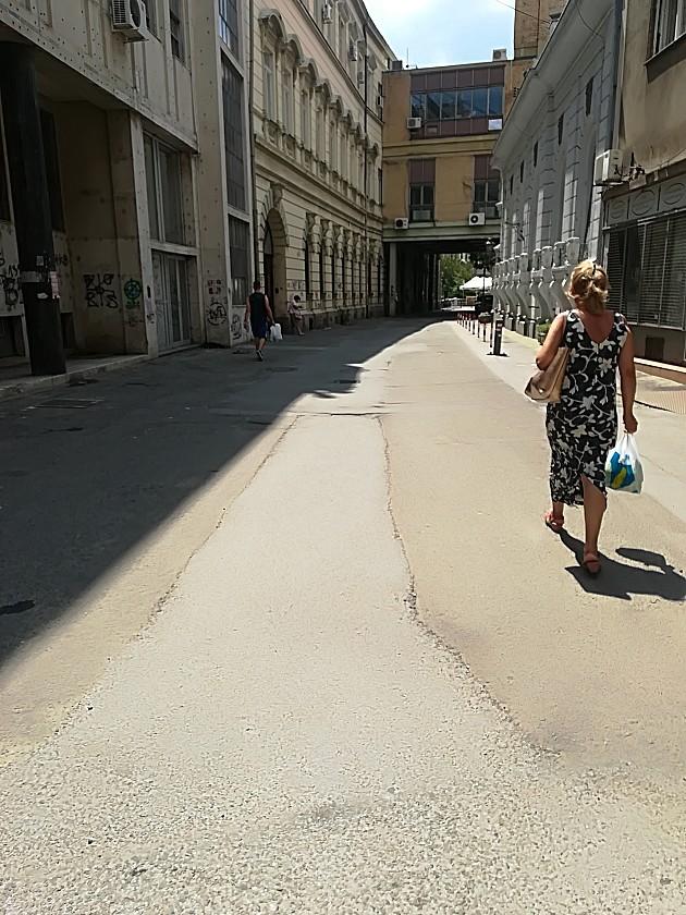 Poštanska ulica umesto zelenila dobija behaton