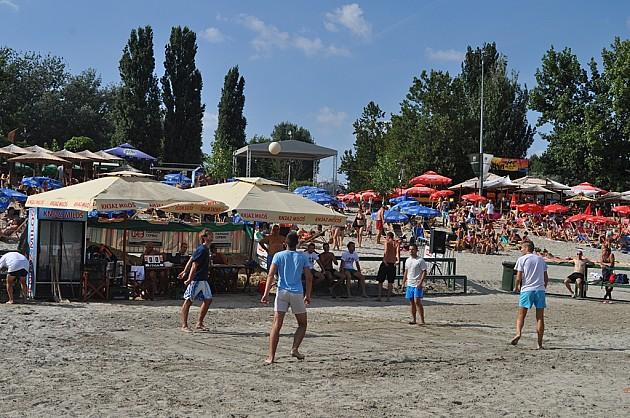 Turnir u tenisu glavom na pesku za vikend na Štrandu