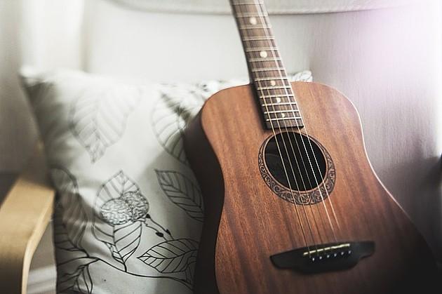 Vandali polomili gitaru uličnom sviraču, Novosađani mu kupili novu