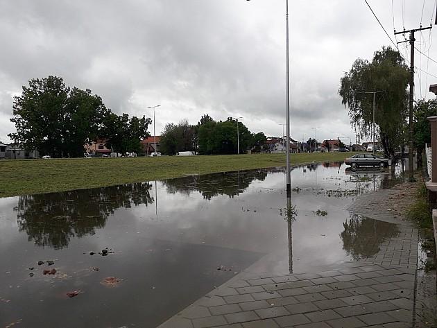 Sentandrejski bulevar pri svakoj kiši postaje reka kanalizacije
