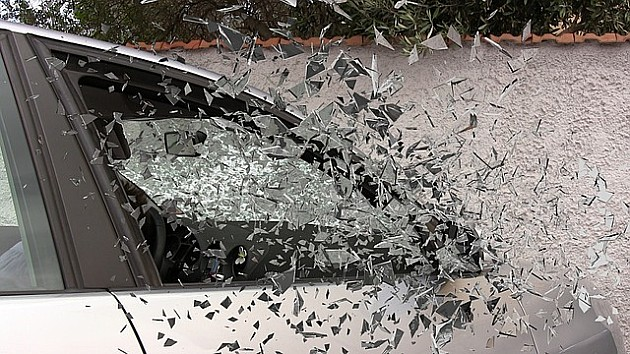 Mladić se zakucao golfom u zid, automobil prepolovljen