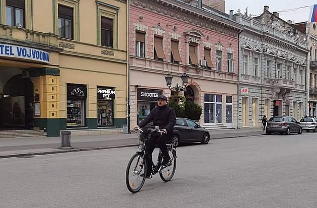 Gradonačelnik Miloš Vučević biciklom na posao povodom Svetskog dana bez automobila
