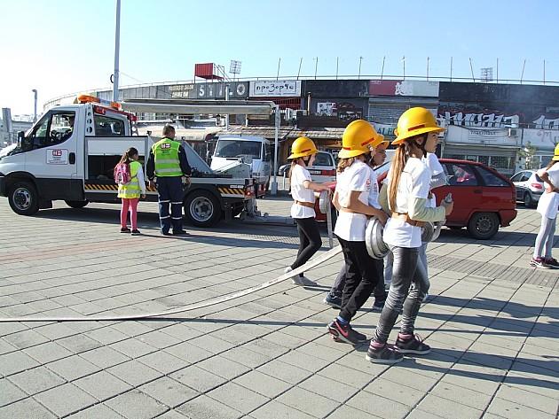 Deca demonstrirala gašenje požara uz prepreke koje prave automobili