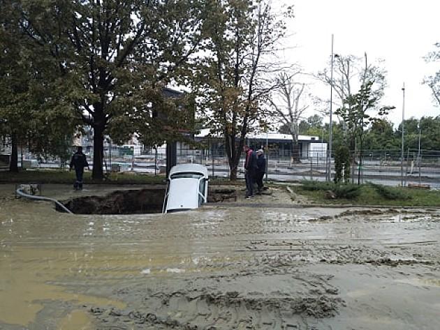 Automobil propao u rupu nakon pucanja vodovodne cevi, nema povređenih