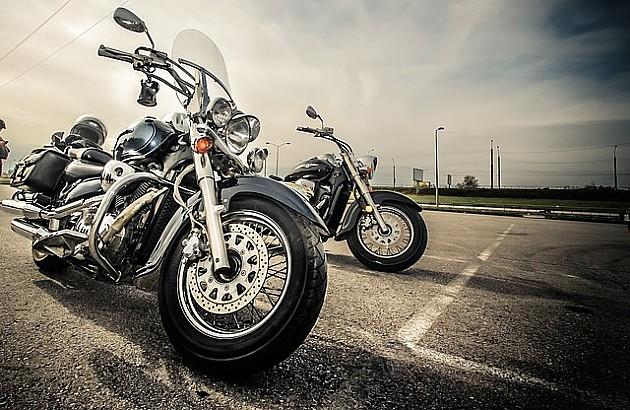 Troje vozača motocikala povređeno, jedan poginuo