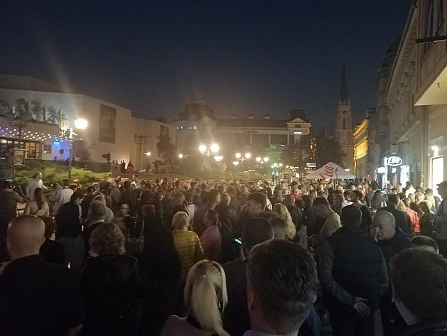 Nekoliko stotina građana večeras na protestu Saveza za Srbiju