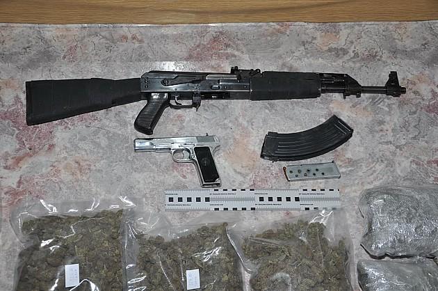 Zaplenjena veća količina droge i oružja