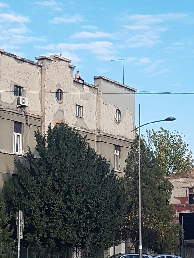 Kraj drame: Muškarac sprečen da skoči sa zgrade