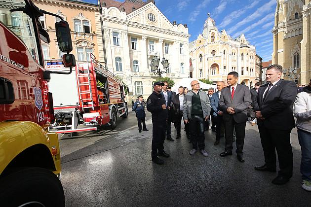 Novosadski vatrogasci dobili savremeno vozilo