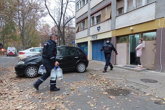 Radnici Parking servisa dostavljaju dezinfekciona sredstva za dezobarijere
