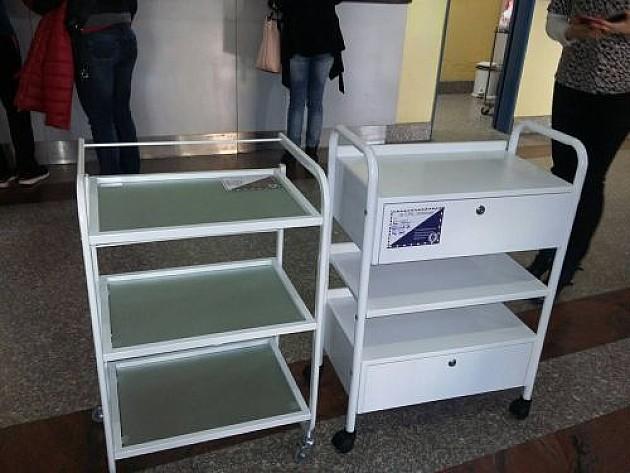 Studenti medicine poklonili porodilištu kolica za defibrilator
