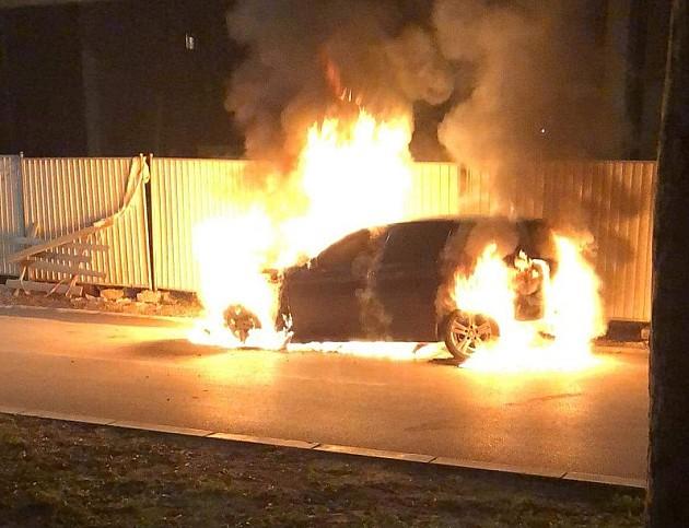 Noćas izgorela dva automobila, jedan u vlasništvu policajca