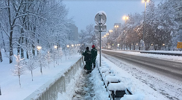 Sneg u gradu dostigao 35cm i usporio saobraćaj