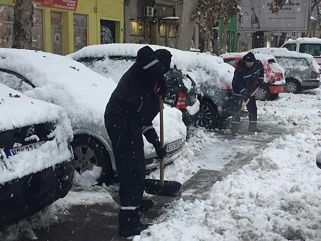 Prohodni putevi u gradu, čisti se sneg u okolnim naseljima