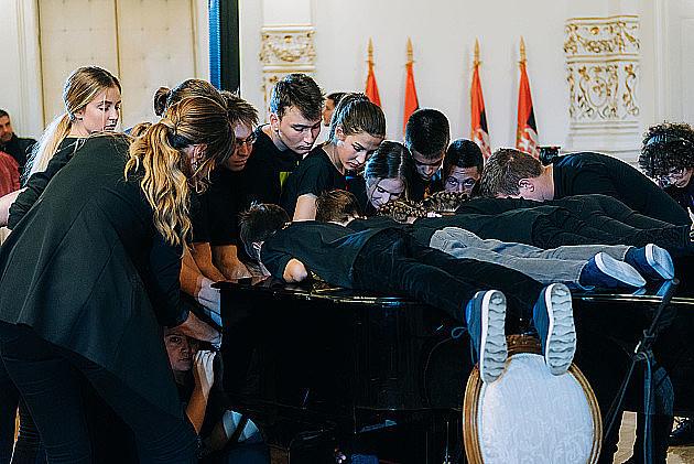 Novosadski đaci i profesori oborili Ginisov rekord u broju ljudi koji u isto vreme sviraju jedan klavir